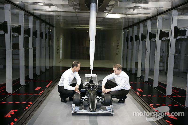 Michael Schumacher mit John Owen, Leiter Aerodynamik bei Mercedes Grand Prix
