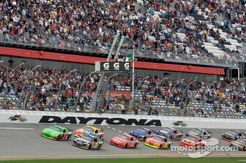Start: Mark Martin, Hendrick Motorsports Chevrolet and Ryan Newman, Stewart-Haas Racing Chevrolet battle for the lead