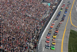 Start: Mark Martin, Hendrick Motorsports Chevrolet and Dale Earnhardt Jr., Hendrick Motorsports Chevrolet lead the field to the green flag