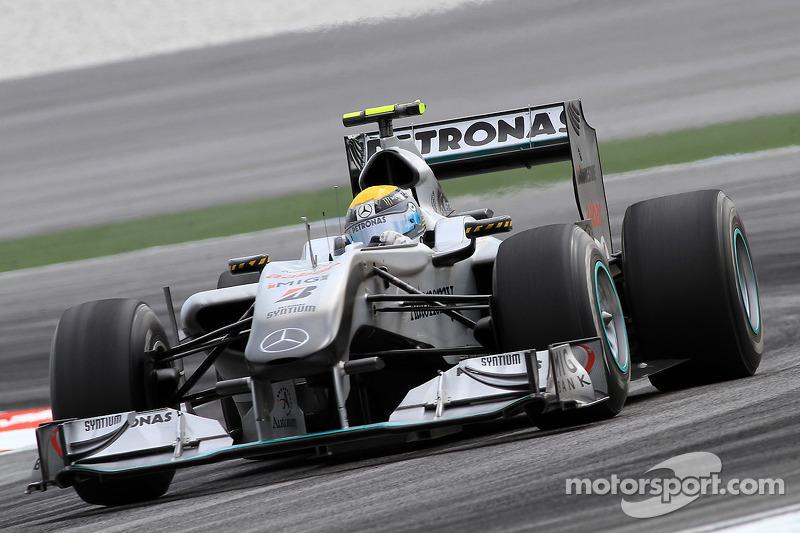 """2010马来西亚大奖赛:驾驶""""银箭""""赛车首登领奖台"""
