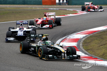 Heikki Kovalainen, Lotus F1 Team leads Rubens Barrichello, Williams F1 Team