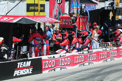 Ryan Hunter-Reay's crew watches the race