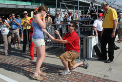A man proposes to a lucky woman