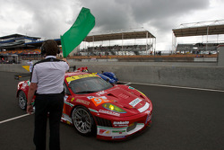Race director Daniel Poissenot drops the green flag to start the first session: #95 AF Corse Ferrari F430 GT: Giancarlo Fisichella, Jean Alesi, Toni Vilander