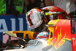 Переможець Макс Ферстаппен, Red Bull Racing разом з Себастьяном Феттелем, Ferrari, третє місце, в закритому парку