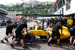 Kevin Magnussen, Renault Sport F1 Team RS16 in the pits