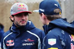 (Зліва направо): Карлос Сайнс-молодший, Scuderia Toro Rosso та Макс Ферстаппен, Red Bull Racing
