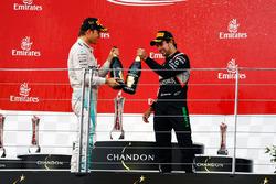 Зліва направо): Переможець гонки Ніко Росберг , Mercedes AMG F1 святкує з шампанським на подіумі разом з Серхіо Пересом, Sahara Force India F1, третє місце