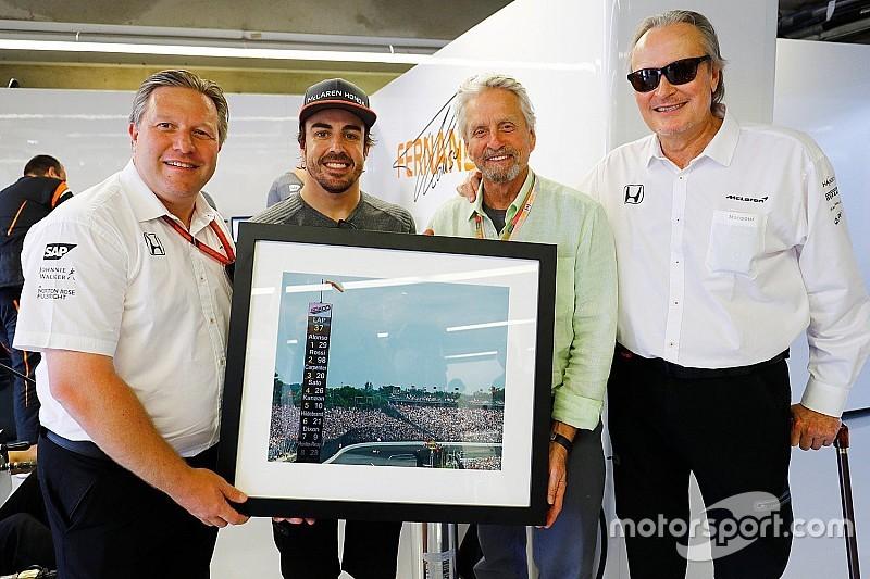 McLaren исполнила мечту Алонсо, подарив ему фотографию с Indy 500