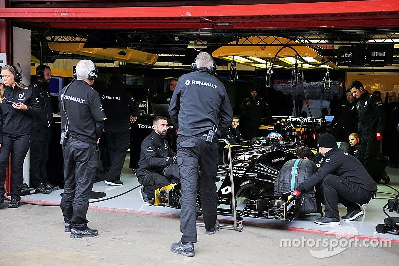 """Software issues cause """"painful"""" first day for Renault"""