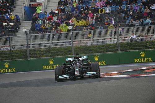 A birodalom visszavág: Hamilton kaotikus végjátékban szerezte meg a 100. futamgyőzelmét a nagyot mentő Verstappen előtt