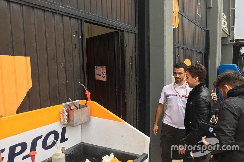 Lorenzo toma su lugar en el box de Honda