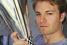 Campeão das poles em 2014, Rosberg recebe troféu da FOM
