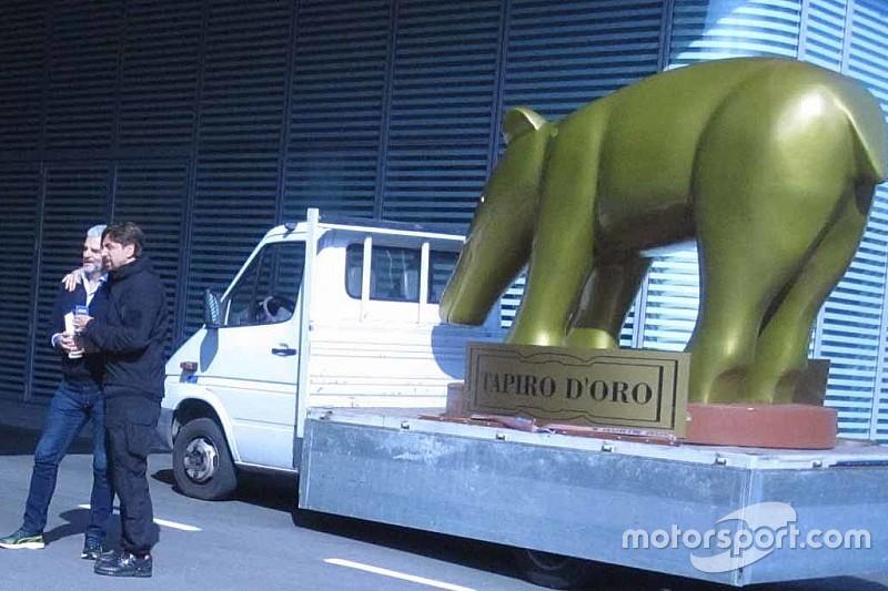 La Ferrari riceve il Tapiro d'Oro da Striscia la Notizia per non aver vinto il titolo mondiale 2018 di F1