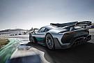 Így leplezte le Hamilton a Mercedes 1000 lóerős szuper-autóját