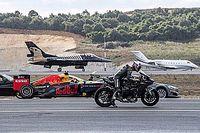 بالفيديو: سيارة تسلا في مواجهة سيارة فورمولا واحد وطائرتَين ودرّاجة نارية