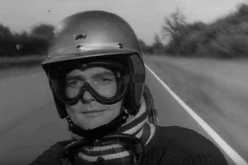 """Hommage à Roger Moore, """"ex-pilote de Formule 1"""""""