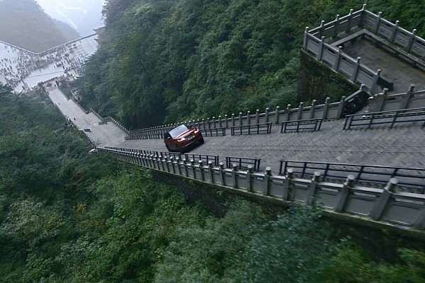 Automotive Nieuws Video: Tung beklimt 999 treden hoge trap met Range Rover