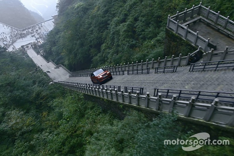 Video: Tung beklimt 999 treden hoge trap met Range Rover