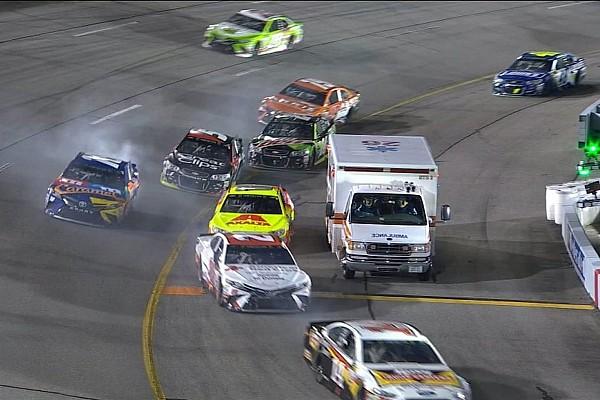 NASCAR Cup Kurioser Zwischenfall bei NASCAR: Krankenwagen in der Boxeneinfahrt