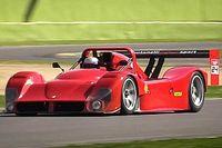 A Forma-1-hez hasonló hangokat adva süvít végig az imolai pályán két Ferrari 333 SP