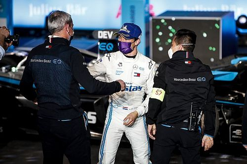 "Mercedes: De Vries ""lucky"" to win in Riyadh after safety car"