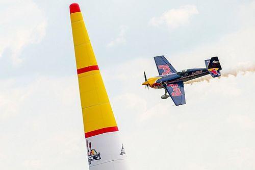 Una dimostrazione delle Red Bull Air Race per far rabbrividire in vista del Red Bull Race Day!
