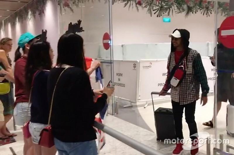 VIDEO: Así han recibido a Hamilton a su llegada a Singapur