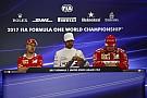 Hamilton Räikkönen interjúja közben szórakozott a telefonjával