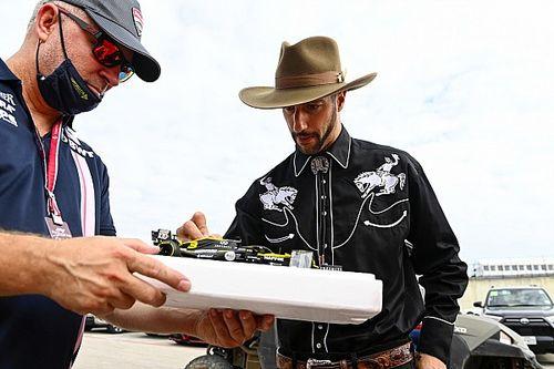 ريكاردو يكشف عن خوذته التي يُكرّم بها دايل إيرنهارد الأب وتصاميم جديدة لسائقين آخرين