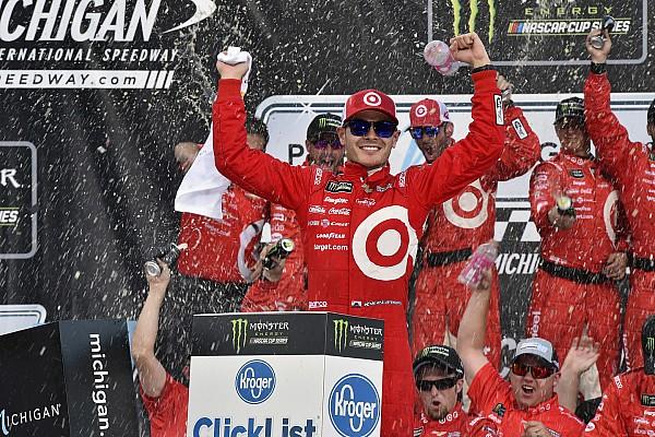 Larson earns third straight Michigan win with stunning late-race pass
