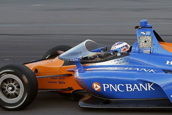 Tesztelés közben a szélvédővel ellátott IndyCar versenygép