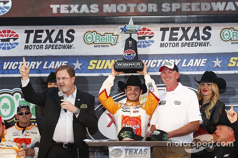 Larson holds off Keselowski for Xfinity win at Texas