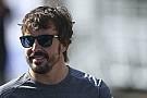 【F1】アロンソ、複数のオファーを認めるも「決断を下すのは9月」