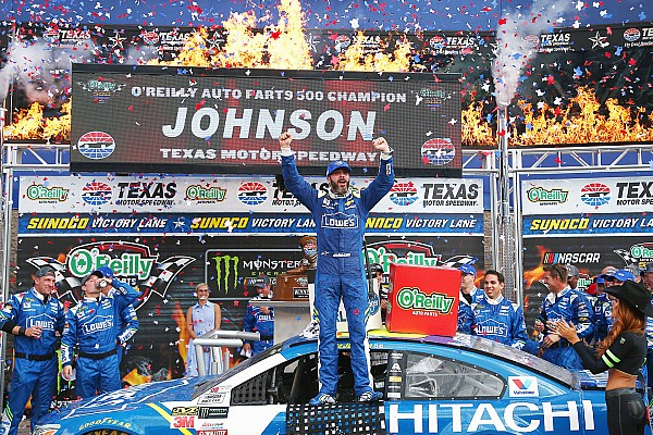 NASCAR Cup Gara Jimmie Johnson trionfa in rimonta al Texas Speedway