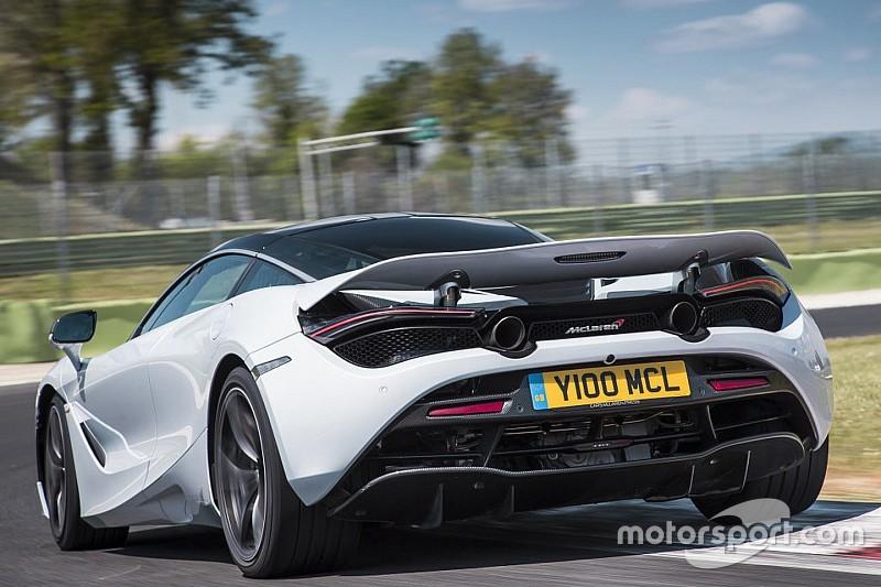 La McLaren 720S si presenta con gli scarichi alti!