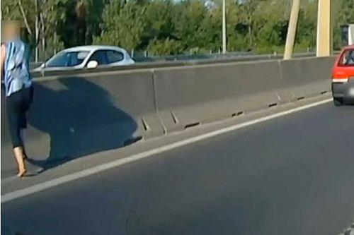 Egy nő úgy döntött, átmászik az M1-M7 elválasztó betonelemen (videó)