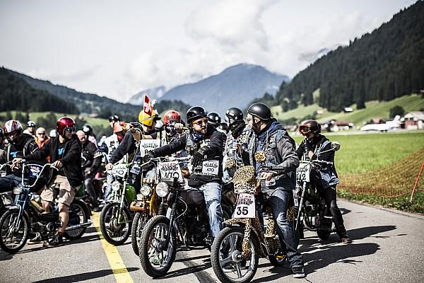 Mille i motociclisti al via della Red Bull Alpenbrevet 2017
