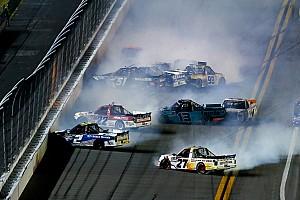 GALERI: Balapan NASCAR Truck penuh insiden