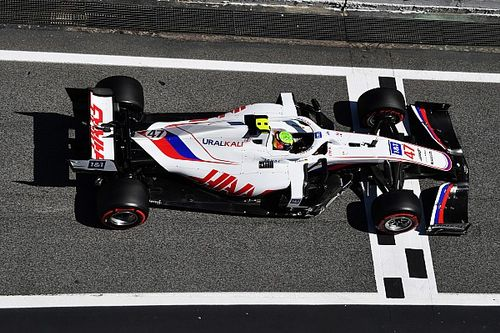 Шумахер сбил механика на пит-стопе