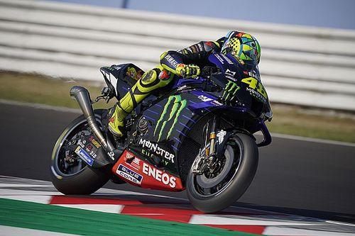 Yamaha prueba con Rossi un nuevo y exagerado tubo de escape