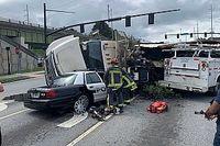 Dashcam felvételen, ahogy egy teherautó egy rendőrautóra borul Georgiában