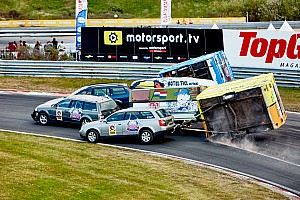 Algemeen Special feature Video's: Chaos in spectaculaire Red Bull Caravanrace op Circuit Zandvoort