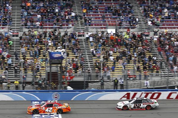 NASCAR XFINITY Relato da corrida Em prova emocionante, Larson derrota Logano em Fontana