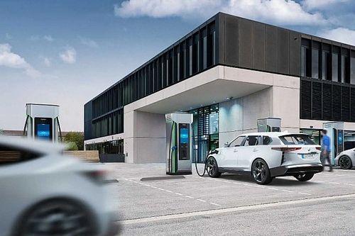 Robottöltővel segítené az elektromos autózást a Siemens