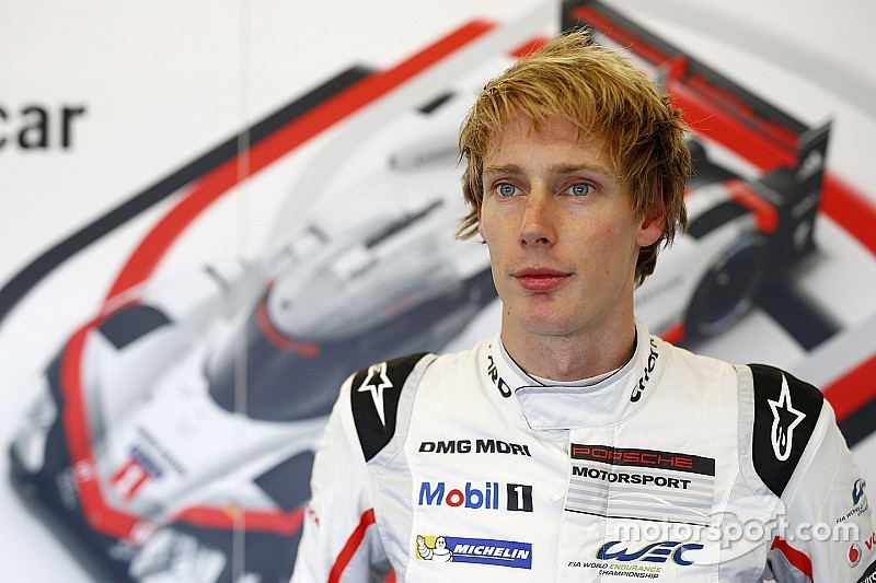 Brendon Hartley regarde