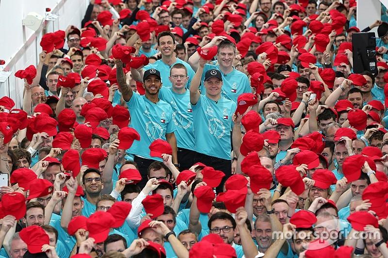 Mercedes viert F1-titel met speciale boodschap voor Niki Lauda
