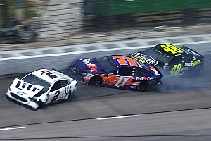 NASCAR Sprint Cup Noticias VIDEO: Un choque de varios autos detiene la carrera en Texas