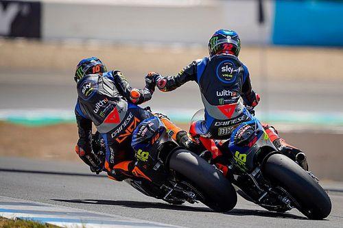 Crash bei Gratulation nach Rennende: Rossi-Junioren mit kurioser Situation