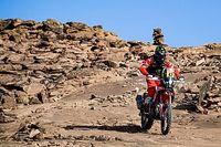 Nagyott bukott egy motoros a Dakar-ralin, mentővel vitték kórházba